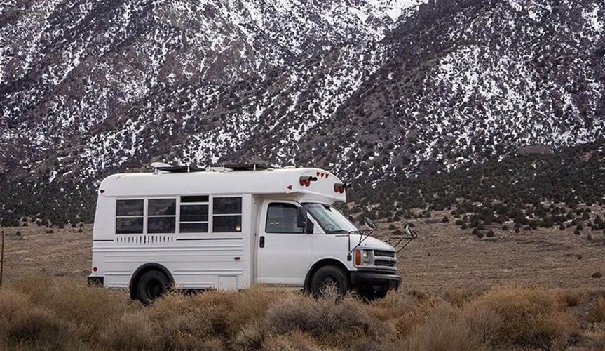 Из школьного автобуса сделали компактный дом на колёсах