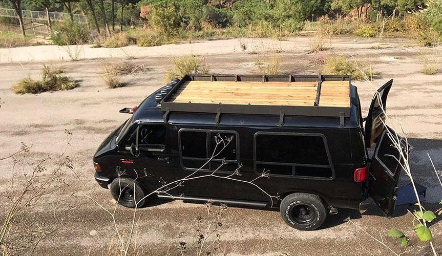 Из старого фургона Dodge Ram сделали дом на колёсах