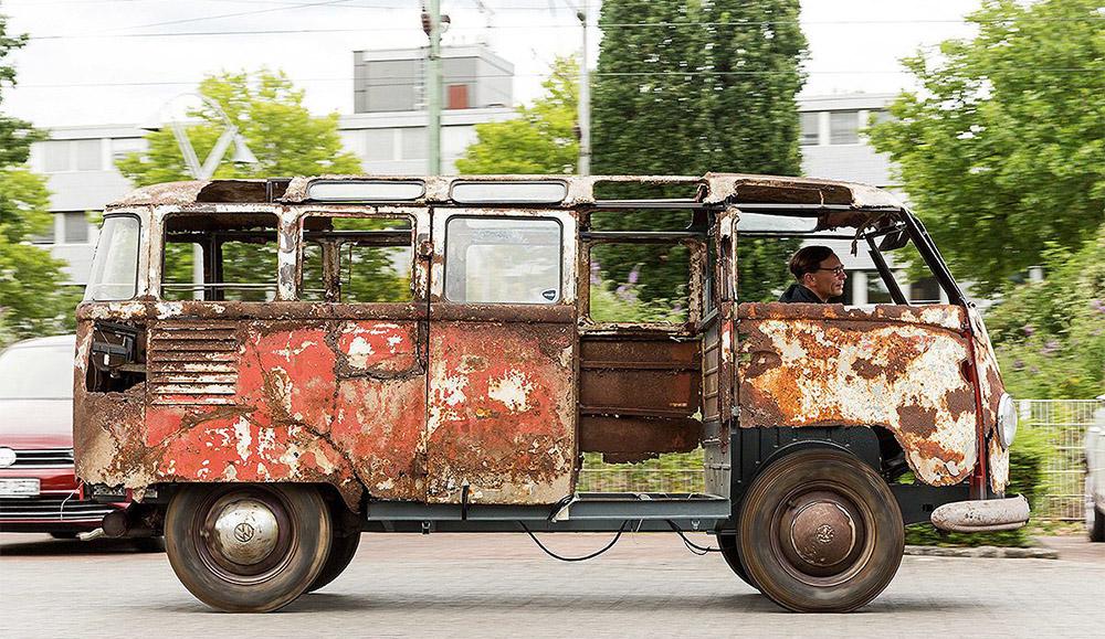 Еле уцелевший фургон Volkswagen T1 Samba найден в Германии