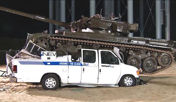 Видео: Военный танк крушит несколько фургонов Ford