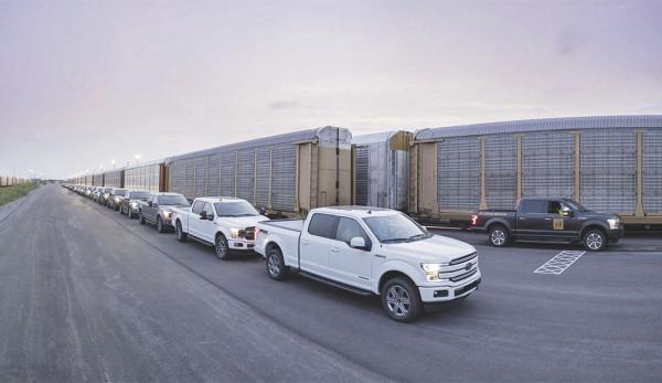 Электрический Ford F-150 увёз на буксире 10 вагонов, гружёных пикапами (видео)